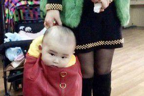 Zdjęcia dla żartu? Mama z dzieckiem w torebce!