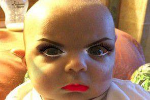 Dwumiesięczny chłopczyk w pełnym makijażu