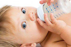 Opieka nad niemowlęciem w upalne dni – jak uniknąć zagrożeń?