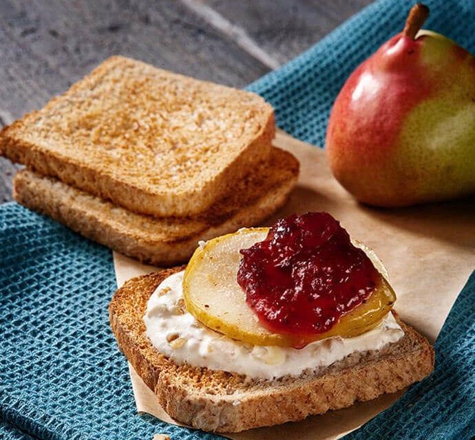 Pomysł na wakacyjne śniadanie – tosty z serkiem i gruszką