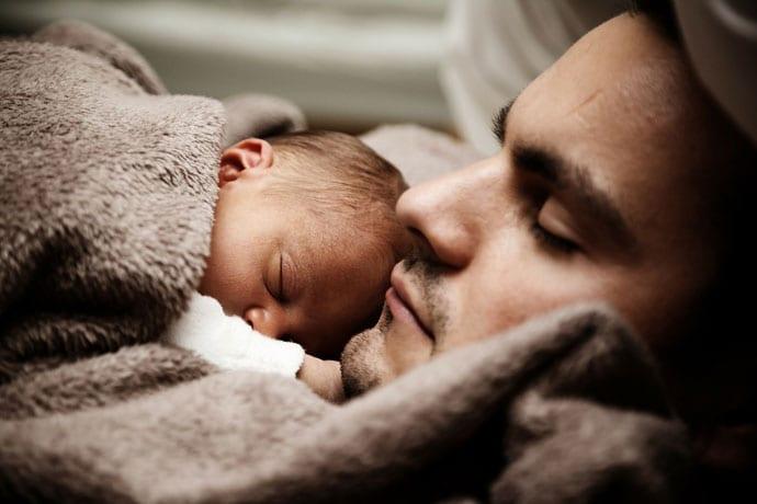 Twój mąż nie słyszy płaczu dziecka w nocy? Przeczytaj dlaczego!