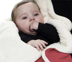 W co ubrać niemowlę na zimowy spacer?