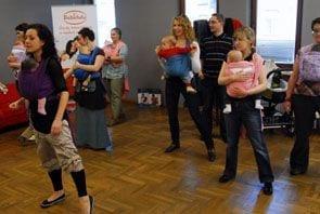 Taniec z dzieckiem w chuście