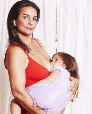 Australijka karmi piersią 5-letnią córkę