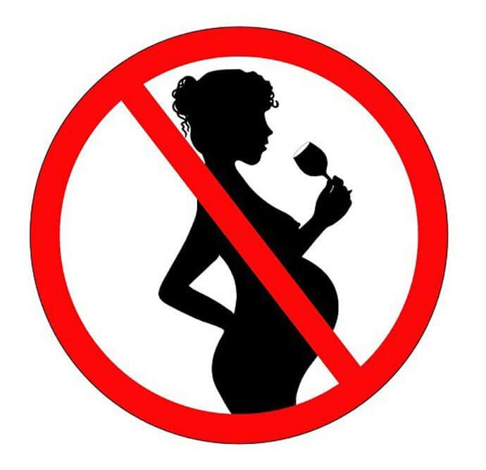 """Etykiety """"w ciąży nie piję"""" także na butelkach z winem i coolerach"""