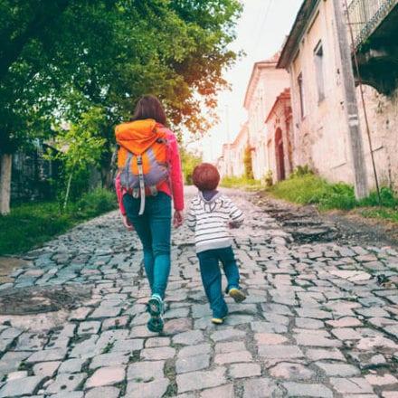 Co powinno się znaleźć w apteczce podczas wakacyjnych wypraw z dzieckiem?