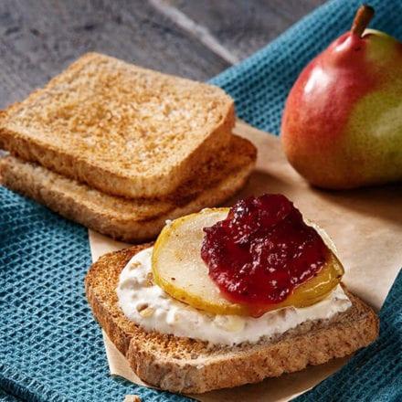 Pomysł na wakacyjne śniadanie - tosty z serkiem i gruszką
