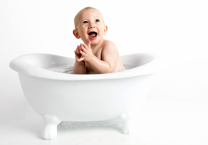 Kąpiel niemowlaka i właściwa pielęgnacja wrażliwe skóry dziecka z marką Emolium