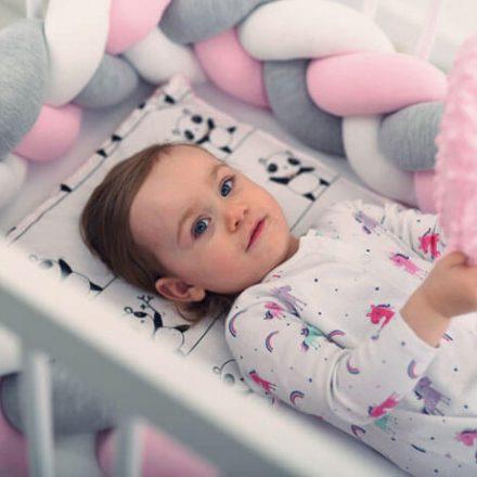 Jak urządzić łóżeczko dla niemowlaka? Praktyczne porady