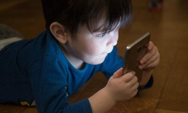 Dziecko a telefon komórkowy. Czas przed ekranem niepokojąco wysoki dla dzieci poniżej 3 lat