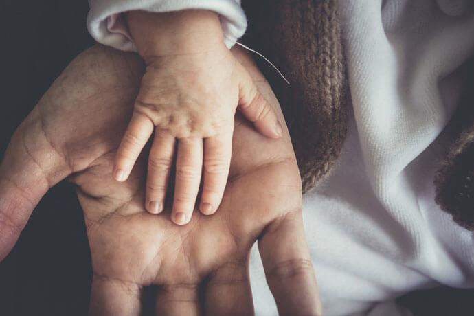 Jak radzić sobie z kolkami, dyschezją czy ulewaniem u niemowląt?