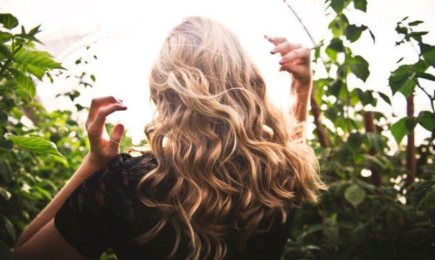 Apaszka we włosach – poznaj nowy trend na wiosnę 2020