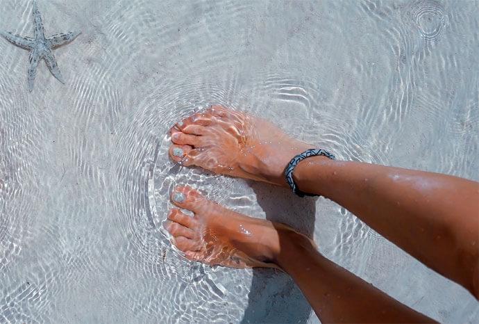 Jak dbać o stopy latem? Postaw na naturalną pielęgnację