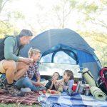 Biwakowy ekwipunek – jak się przygotować na wyjazd pod namiotem?